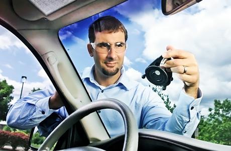 Polishing_windshield