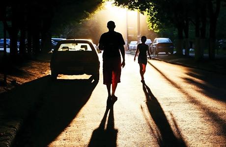 people_road_shadow_night_cars