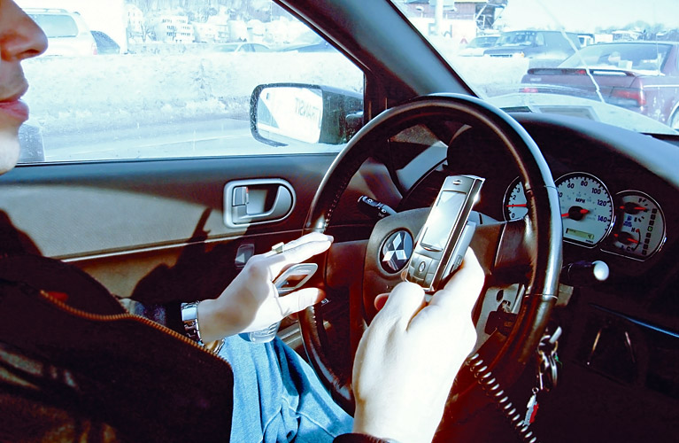 Hand_phone_in_car