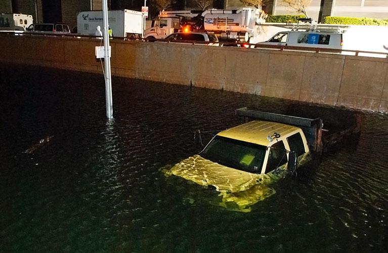 avtomobil-pod-vodojl